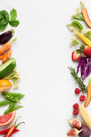 신선한 생산 배경 유기 농산물의 측면 테두리 다채로운 과일 및 채소, 당근 고추 오이 자주색 양배추 시금치 로즈마리 허브, 포스터