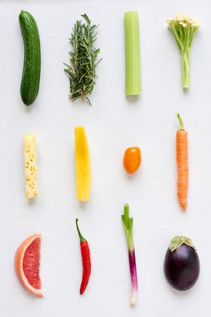Artistieke arrangement van verse groenten en fruit in kleurverloop regenboog spectrum, interessant ontwerp voedsel poster Stockfoto