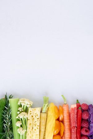 Kleurrijk voedsel achtergrond, frame grens van de regenboog spectrum gradiënt van biologische verse groenten en fruit Stockfoto - 61082891