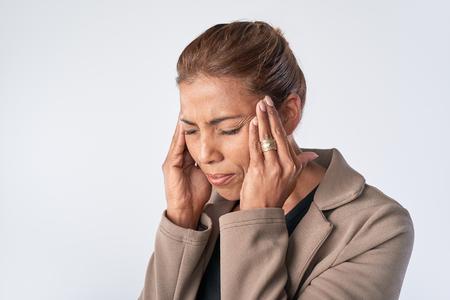 Vrouw masseert haar tempels, het verlichten van haar hoofdpijn spanning migraine