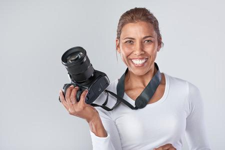 Zelfverzekerde vrouw met dslr camera, professionele fotograaf