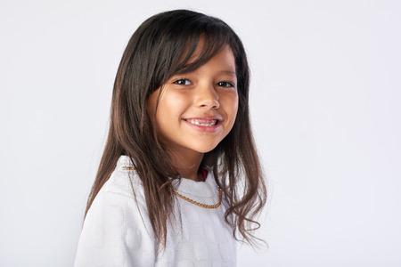 Retrato del niño joven linda en el estudio aislado sobre fondo blanco Foto de archivo - 63979256