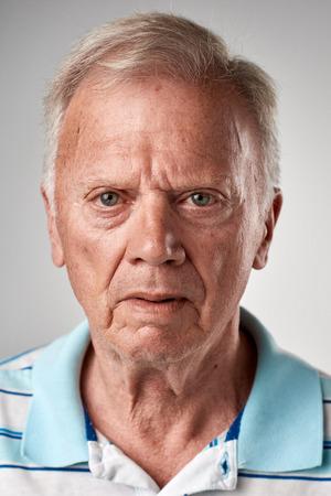 Portret van een echte oude witte blanke man zonder expressie ID of paspoort foto volledige collectie van diverse gezicht en uitdrukkingen