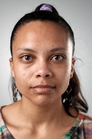Portret van de echte Spaanse vrouw zonder uitdrukking ID of paspoort foto volledige collectie van diverse gezicht en uitdrukkingen