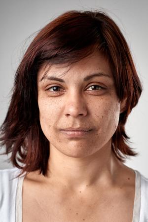 Portret van echte witte Kaukasische vrouw zonder uitdrukkingsid of de volledige inzameling van de paspoortfoto van diverse gezicht en uitdrukkingen