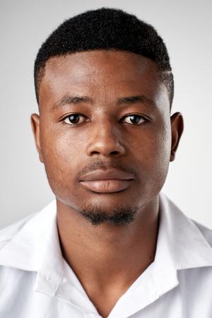 ない式の ID またはパスポート写真完全なコレクションの多様性や表現のリアル ブラック アフリカ男性の肖像画