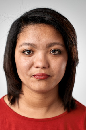 foto carnet: Retrato de la mujer asiática china real sin pasaporte o foto ID expresión completa colección de cara y expresiones diversas