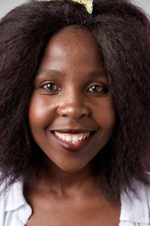 Echte schwarze afrikanische Frau lächelnd Porträt vollständige Sammlung von verschiedenen Gesichtern