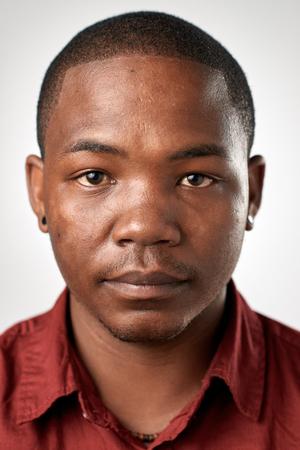 foto carnet: Retrato del hombre africano negro real sin pasaporte o foto ID expresión completa colección de cara y expresiones diversas