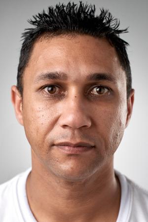 Retrato del hombre caucásico blanco real sin pasaporte o foto ID expresión completa colección de cara y expresiones diversas Foto de archivo