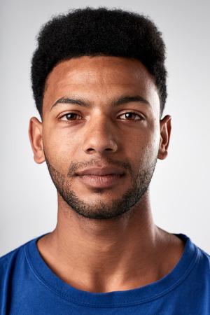 Portrait des realen schwarzen afrikanischen Mann ohne Ausdruck ID oder Passfoto vollständige Sammlung von diversen Gesicht und Ausdrücke