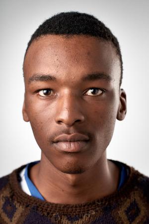 Portret van echte zwarte Afrikaanse man zonder expressie ID of paspoort foto volledige collectie van diverse gezicht en uitdrukkingen