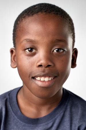 retrato: Retrato de niño negro africano feliz sonriendo reales