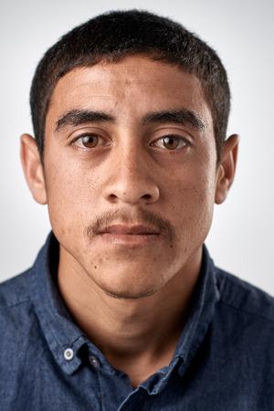 foto carnet: Retrato de hombre de Oriente real sin pasaporte o foto ID expresión completa colección de cara y expresiones diversas