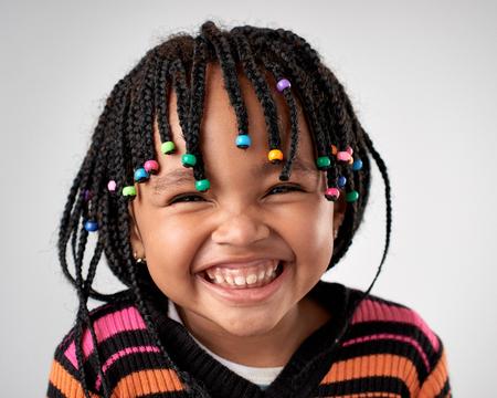 스튜디오에서 진짜 아프리카 흑인 여자 얼굴의 초상화