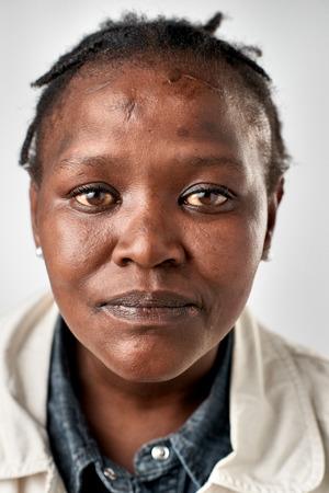 foto carnet: Retrato de la mujer africana negro real sin pasaporte o foto ID expresión completa colección de cara y expresiones diversas