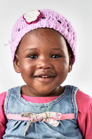 乳幼児: ブラック アフリカ ベビー女の子肖像画幸せな微笑し、笑う