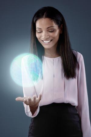 el mundo en tus manos: Moderna tecnología de redes de negocios futurista, mundo está conectado y dentro de las manos y los dedos Foto de archivo