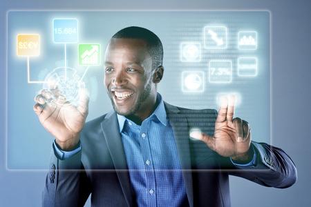 plataforma: Hombre de negocios africano sonriente al utilizar el comercio de las finanzas holograma pantalla digital para el trabajo, el análisis de la información comercial y datos