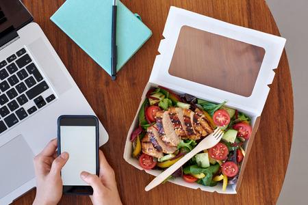 Sobrecarga de esta��o de trabalho, computador port�til com m�os e salada chinesa