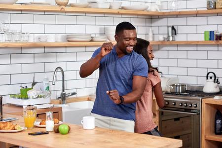 행복 한 아프리카 흑인 부부 재미 현대 부엌에서 춤