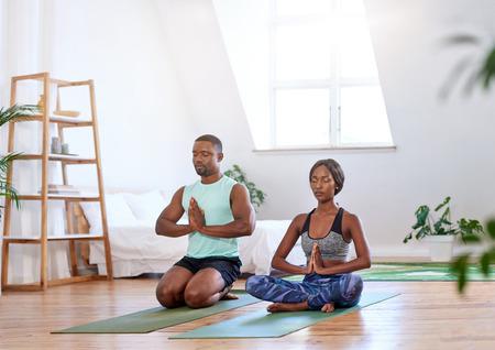 瞑想ヨガ リラクゼーションを行って自宅で穏やかなリラックスしたカップル