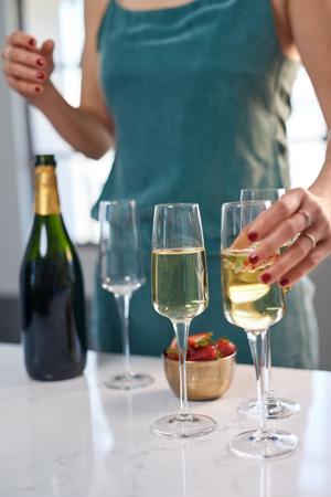 Anonieme vrouw die glas champagne, viering van het vakantie de feestelijke seizoen overgaat