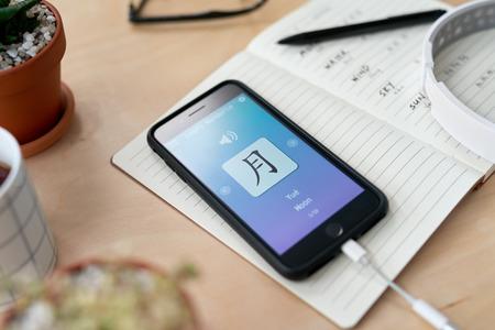 Aprender chino mandarín a partir de una lección en línea, educación sobre la aplicación de la aplicación de teléfono móvil digital móvil sobre la marcha