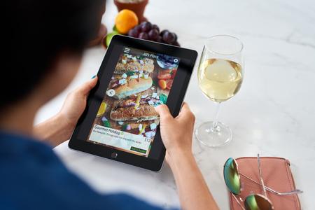 Frau zu Hause entspannende Bestellung von Lebensmitteln Online-Lieferung zum Mitnehmen App auf digitalem Tablet-Gerät