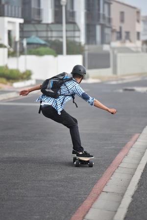 modern woon-werkverkeer op elektrisch skateboard in stadsvervoer op batterijen;
