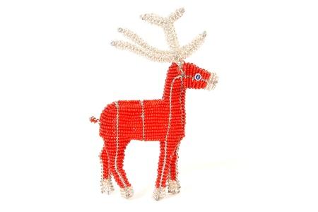 La Navidad roja del reno decoraci�n en alambre y abalorios africanos sobre fondo blanco Foto de archivo - 11031254