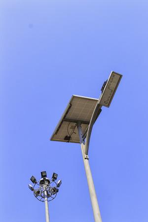 Panneau solaire et lampadaire LED sur le ciel bleu Banque d'images - 73272655