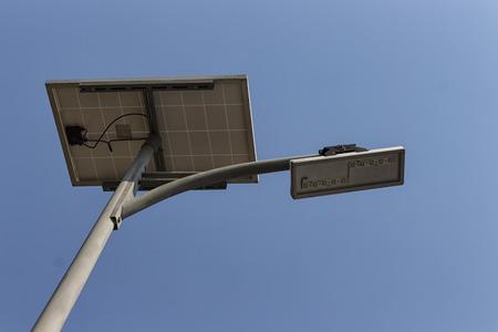 Panneau solaire et lampadaire LED sur le ciel bleu Banque d'images - 73228243