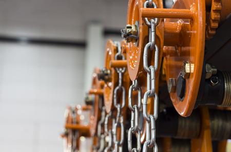工業用鋼チェーン オレンジ ホイスト;選択と集中 写真素材