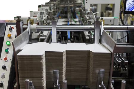 detalle de una máquina encoladora de carpetas para caja de cartón Foto de archivo