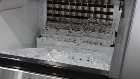 cube glace dans la glace font la machine ; fermer Banque d'images