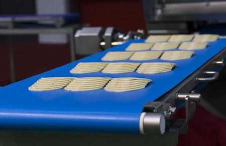 ham on conveyor belt ; cutting ; slice ; machine