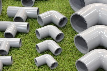 Codo y conectores de accesorios de tubería de PVC de tres vías para trabajos de plomería y tuberías Foto de archivo