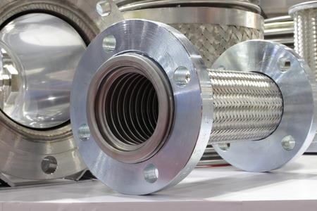 Metalen dilatatievoegen voor leidingsysteem; detailopname Stockfoto