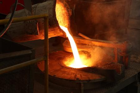 Le fer en fusion coule de la poche dans le four de fusion ; fonderie porcess
