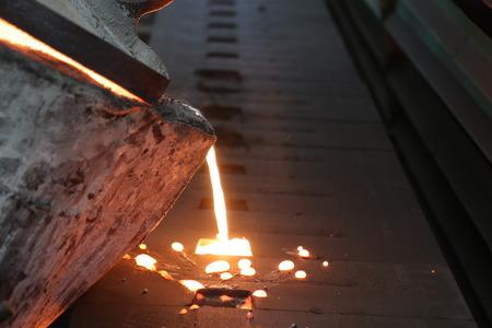 Fer fondu en métal coulé dans un moule en sable; processus de sable vert Banque d'images