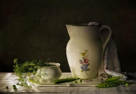 martwa natura z zielonym groszkiem dzbanek i Zdjęcie Seryjne - 12756791