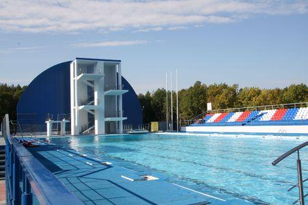 springboard: Trampol�n de saltos de agua en la piscina en el deporte Foto de archivo
