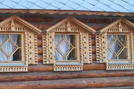 tallado en madera: Tres ventanas decoradas con tallas de madera