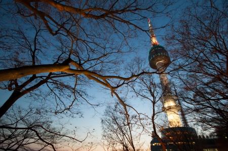 �south: Seoul la torre nel crepuscolo Editoriali