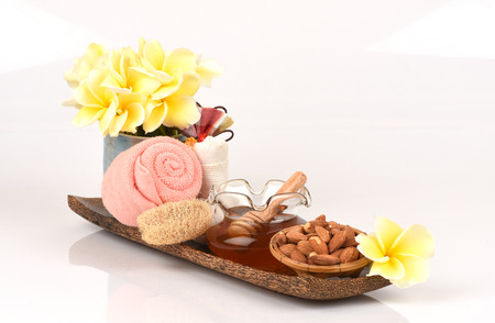 holistic view: Face mask with almonds and honey for whitening skin.