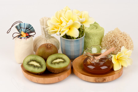 Face mask with green kiwi and honey. Фото со стока