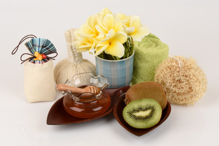 thoroughly: Face mask with Kiwi and honey for whitening skin.