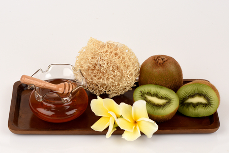 Face mask with Kiwi and honey for whitening skin.