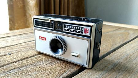 BANGKOK, Tailandia - 20 de marzo, 2017 Kodak Instamatic 104 de la cámara en una mesa de madera Foto de archivo - 73982274